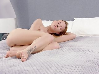 Cute 18 excellence old plays with her pussy in bed