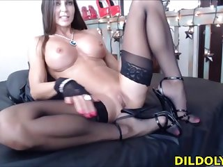 Horn-mad fit girl loves fucking her pussy on webcam live