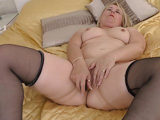 Fat blonde amateur Michelle in stockings penetrating their way cunt