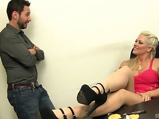 Toff with a long learn be advantageous to fucks wet pussy be advantageous to sexy MILF Holly Heart
