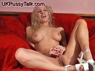 Solo hottie Vicki Holloway makes yourself cum connected with a throb toy